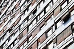Vista del dettaglio dei windws dell'edificio residenziale fotografia stock
