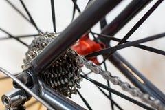 Vista del dettaglio dell'asse posteriore della bicicletta, correndo gli ingranaggi e chaub fotografia stock libera da diritti