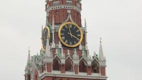 Vista del dettaglio dell'orologio famoso sulla torre di Spasskaya del Cremlino a Mosca, Russia, all'aperto video d archivio