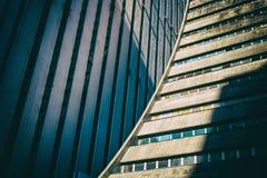 Vista del dettaglio di angolo basso di costruzione concreta corporativa arrotondata Immagini Stock Libere da Diritti