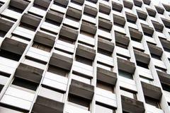 Vista del dettaglio di progettazione delle finestre della costruzione di affari immagini stock