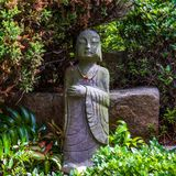 Vista del dettaglio su un monumento buddista religioso di un monaco pregante nel tempio coreano di Haedong Yonggungsa Busan, Core fotografia stock libera da diritti