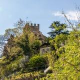 Vista del dettaglio sul castello Brunnenburg fra un paesaggio verde Villaggio di Tirolo, provincia Bolzano, Tirolo del sud, Itali fotografia stock