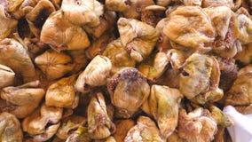 Vista del dettaglio sul mucchio dei fichi secchi Chiuda su di caduta bacche dolci e saporite Concetto sano dell'alimento Cima del archivi video