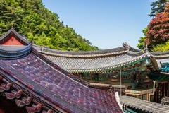 Vista del dettaglio sul tetto delle costruzioni dentro il tempio buddista coreano Guinsa complesso Guinsa, regione di Danyang, Co fotografia stock