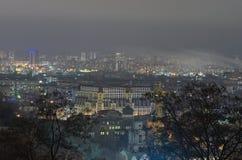 Vista del distrito antiguo de Podil y del distrito moderno de Obolon en el fondo Panorama de la ciudad de la tarde Tarde del fin  Imagen de archivo libre de regalías