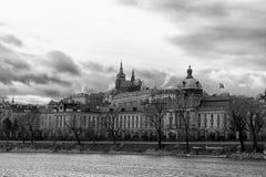 Vista del distrito de Hradcany del fron tomado Praga el banco opuesto fotos de archivo