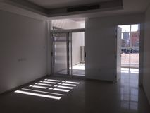 Vista del dormitorio y del balcón vacíos con la luz del sol que viene dentro Real Estate a estrenar fotos de archivo