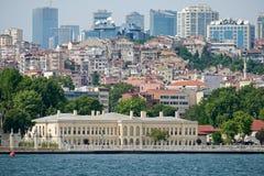 Vista del edificio al lado del palacio y del museo de Dolmabahce en Estambul fotografía de archivo libre de regalías