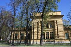 vista del edificio con las columnas fotos de archivo libres de regalías