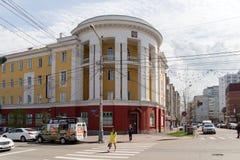 Vista del edificio construido en el período de Stalin de la intersección de la calle de Karatanov y Prospekt Mira en el viejo cen fotos de archivo