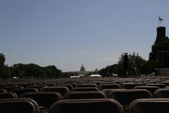 Vista del edificio del capitolio en Washington con el césped y de las sillas puestas para los eventos públicos Foto de archivo