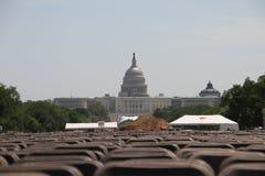 Vista del edificio del capitolio en Washington con el césped y de las sillas puestas para los eventos públicos Fotografía de archivo