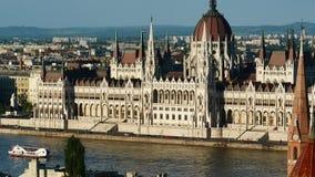 Vista del edificio del río Danubio y del parlamento, Budapest, Hungría almacen de metraje de vídeo