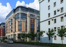 Vista del edificio residencial de los nuevos soles residenciales de lujo del complejo cuatro Moscú, Rusia Foto de archivo