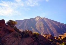 Vista del EL Teide del vulcano con le rocce vulcaniche nella priorità alta Supporto Teide al tramonto Fotografia Stock Libera da Diritti