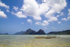 Vista del embarcadero con un barco en el mar En el fondo de la isla Foto de archivo libre de regalías