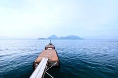Vista del embarcadero en el lago imagenes de archivo