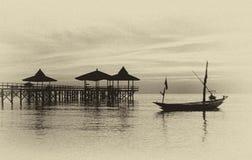 Vista del embarcadero y del barco en la orilla de mar Foto de archivo