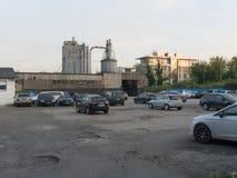 Vista del estacionamiento delante de la fábrica grande vieja imagenes de archivo