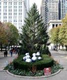 Vista del este del árbol de navidad de Chicago del funcionario imagen de archivo