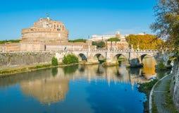 Vista del ` famoso Ángel de Castel Sant y del puente sobre el río de Tíber en Roma, Italia Imágenes de archivo libres de regalías
