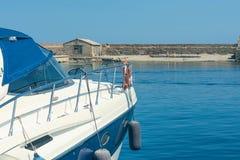 vista del faro de la antigüedad en el puerto veneciano viejo de Chania Isla de Crete Grecia foto de archivo
