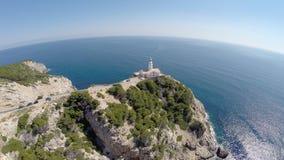 Vista del faro di Cala Rajada - volo aereo, Mallorca archivi video