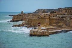 Vista del faro en el fuerte Rinella visto del fuerte Elmo fotografía de archivo libre de regalías