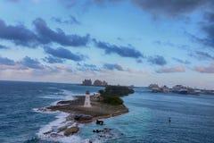 Vista del faro Nassau, in Bahamas e navi da crociera nella c Immagine Stock Libera da Diritti