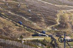Vista del ferrocarril funicular en la montaña de Cairngorm Imagen de archivo libre de regalías