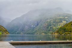 Vista del fiordo de Geyranger en la lluvia imagen de archivo libre de regalías