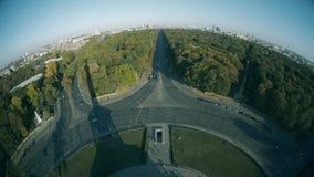 Vista del fish-eye dalla colonna di vittoria verso i punti di riferimento principali della città di Berlino, Germania video d archivio