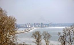 Vista del fiume Amur e della diga fotografie stock