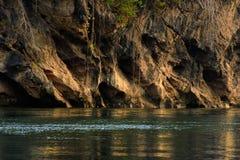 Vista del fiume con la casa della zattera sul fiume Kwai immagini stock