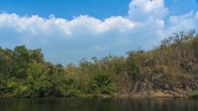 Vista del fiume con la casa della zattera sul fiume Kwai fotografia stock libera da diritti