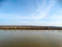 Vista del fiume dall'alta banca Immagini Stock