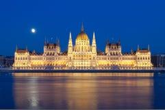 Vista del fiume Danubio e della costruzione ungherese del Parlamento, Budapest, Ungheria Immagine Stock
