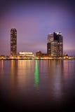Vista del fiume del centro urbano di Rotterdam alla notte Fotografia Stock