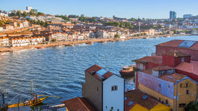 Vista del fiume del Duero e delle coste di Ribeira e di Vila Nova de Gaia Fotografie Stock