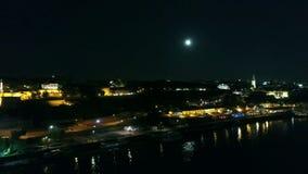 Vista del fiume della città, come visto da sopra il fiume, nella notte stock footage
