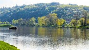 Vista del fiume della Moldava con una grande idea di vacanza della piccola barca Immagine Stock Libera da Diritti