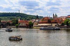 Vista del fiume della Moldava e del castello di Praga un giorno soleggiato Immagini Stock Libere da Diritti