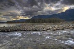 Vista del fiume della sosta di condizione della roccia del falò fotografia stock libera da diritti