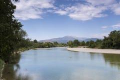 Vista del fiume di Arachthos della città di Arta, Epiro Grecia fotografia stock libera da diritti