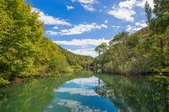 Vista del fiume di Cetina intorno alla città di Omis Almissa, canyon/fiume/verde/montagne della Dalmazia, Croazia fotografia stock libera da diritti