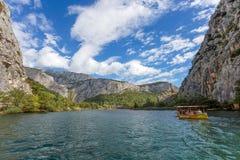 Vista del fiume di Cetina intorno alla città di Omis Almissa, canyon/fiume/verde/montagne della Dalmazia, Croazia immagini stock libere da diritti