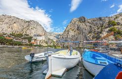Vista del fiume di Cetina intorno alla città di Omis Almissa, Dalmazia, croato fotografia stock