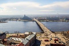 Vista del fiume di Daugava, della biblioteca e del ponte di Akmens Immagine Stock