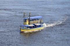Vista del fiume di Dnieper, battello da diporto che galleggia sull'acqua immagine stock libera da diritti